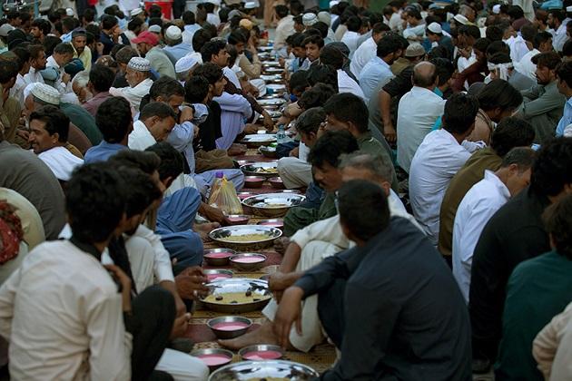 یہ تصویر پاکستان کے راولپنڈی میں سڑک کنارے لوگ اپنا روزہ کھولنے کا انتظار کر رہے ہیں ۔