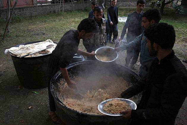 کابل میں لوگوں کو چاول پروستے افغانی خان سامے