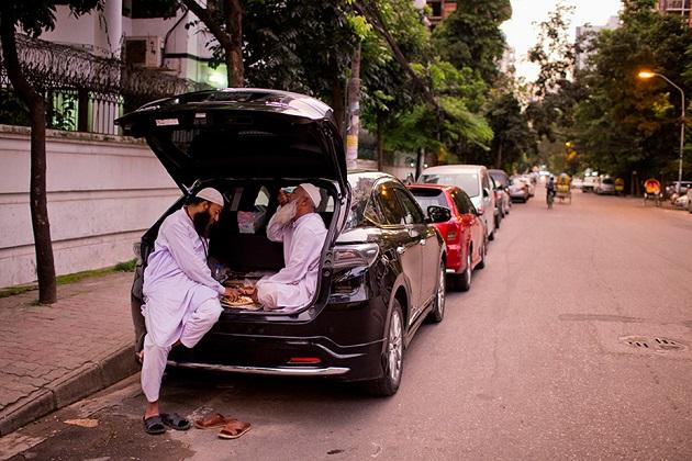ڈھاکہ کی سڑکوں پر کار میں ہی روزہ کھولتے لوگوں کی تصویریں