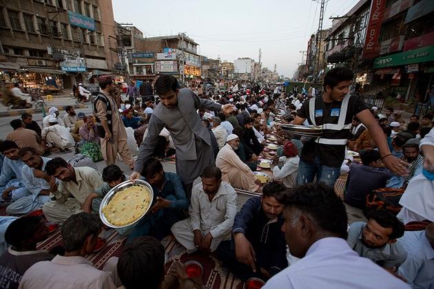 یہ تصویر پاکستان کی ہے جہاں لوگ اپنے روزے کھولنے کا انتظار کر رہے ہیں اور اس دوران انہیں کھانا تقسیم کیا جا رہا ہے۔