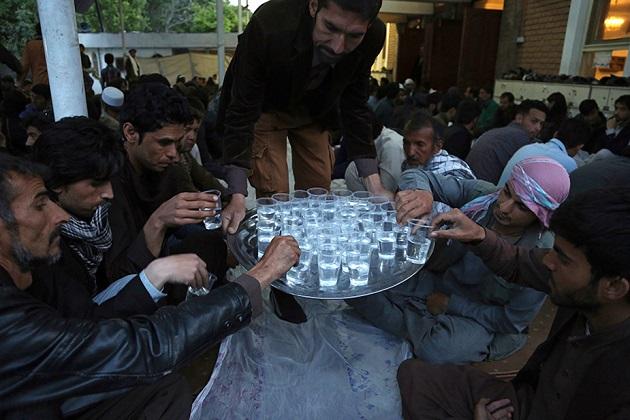 افغانستان کے کابل شہر میں روزہ کھولنے سے پہلے پانی کا گلاس لیتے افغانی