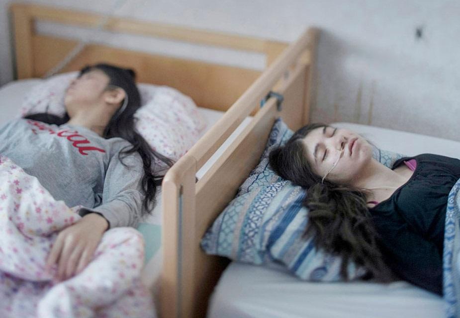پیپل سنگلس زمرے میں میگسن ویمن کی تصویر نے جیت حاصل کی ہے ۔ سویڈین میں کھینچی گئی یہ تصویر '' رسیگنیشن سنڈروم '' سے متاثر دو بہنوں کی ہے جس میں ایک بہن ڈائی سال سے نیند کی حالت میں پستر ہے ہے ، تووہیںدوسری بہن 6 ماہ سے زیادہ وقت سے ایسے حالات میں ہے ۔