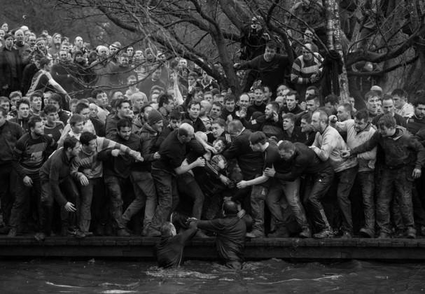 اسپورٹس سنگل زمرے میں پہلا انعام ایجنس فرانس پریسے کے آلیور اسکارف کی اس تصویر کو دیا گیا ہے ۔ تصویر یو کے کے ڈبلشائر میں کھیلے گئے سالانہ رایل شرووےٹائڈ فوٹبال میچ کی ہے۔