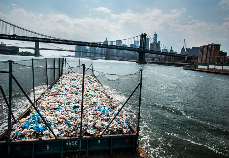 ماحولیات قصوں کے زمرے میں پہلا انعام قادر وین لہوئجن کی اس تصویر کو ملا ہے ۔ امریکہ کے نیو یارک میں بروکل رسائکلنگ پلانٹ میں کوڑا لے جانے کی تصویر۔