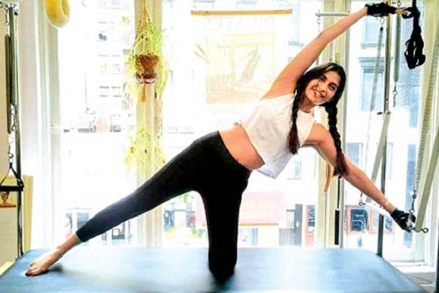 کرینہ کپور: اگر بالی ووڈ میں یوگ کو ٹرینڈ بنانے کا کریڈٹ کسی کو دیا جاسکتا ہے تو وہ ہیں کرینہ کپور۔ان کو دیکھ کر ارجن رام پال سمیت بالی ووڈ ہستیوں نے یوگا کرنا شروع کر دیا ہے۔