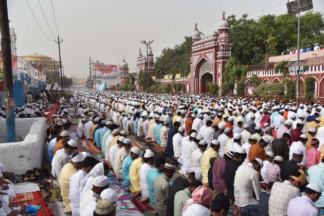 علی گڑھ میں نماز کرنے کا ایک منظر۔