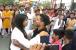 مرادآباد: عید پر لڑکی سے گلے ملنے کے لئے مال کے باہر لگی لائن، دیکھیں ویڈیو