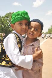 حیدر آباد میں بچے گلے ملتے ہوئے۔