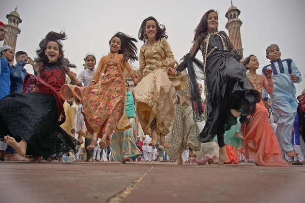 ملک بھر میں عیدالفطر کا تہوار پورے مذہبی جوش وخروش کے ساتھ منایا جارہا ہے۔اس سلسلے میں ملک بھر کی مساجد، عید گاہوں اور کھلے میدانوں میں نماز عید کے اجتماعات منعقد کیے گئے۔زیر نظر تصویر میں شاہی جامع مسجد دہلی میں عید الفطر کی دوگانہ کے بعد بچے خوشیاںمناتے ہوئے۔
