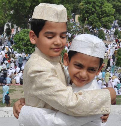 لکھنو میں بچے گلے ملتے ہوئے اور عید کی خوشیاں مناتے ہوئے۔