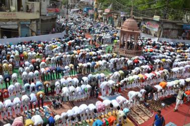 متھرا میں لوگوں نے دوگانہ نماز ادا کی۔