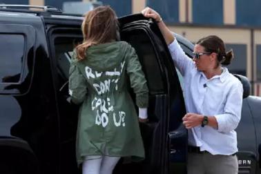 ایسا جیکٹ پہن کرمیلاینیا ٹرمپ حراست میں رکھے گئے بے گھر بچوں سے ملاقات کرنے پہنچی،مچا ہنگامہ