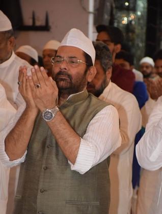 مرکزی وزیر مختار عباس نقوی دعا مانگتے ہوئے۔