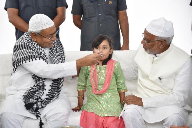 بہار کے وزیر اعلی نتیش کمار ایک بچی کو عید کی مٹھائی کھلاتےہوئے۔