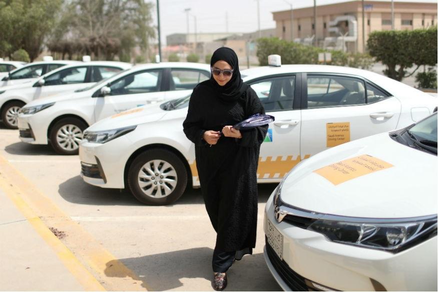 خواتین کے لباس پر سخت نگرانی رکھی جاتی ہے اور شریعت کے مطابق ہی ڈریس کوڈ طے کیا جاتا ہے۔ زیادہ ترخواتین برقعہ اور ابایا پہنتی ہیں۔ یہ ضروری نہیں کی چہرا چھپا ہوا ہو لیکن سعودی میں ابھی بھیزیب وتن کرنےپر پابندی ہے۔