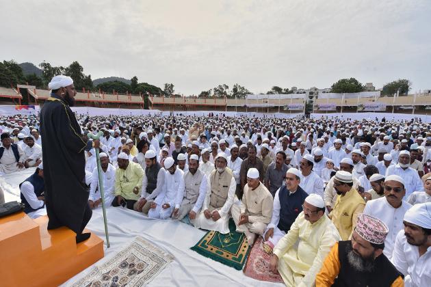وجے واڑہ میں مسلمان عید کی نماز ادا کرتے ہوئے۔ ( سبھی تصاویر یو این آئی کی ہیں)۔