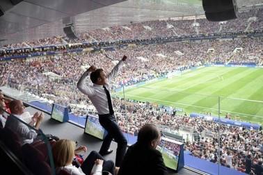 فیفا: چیمپئن بنتے ہی فرانس کے صدر نے یوں منایا جشن، اسٹیڈیم میں ہی ناچنے لگے