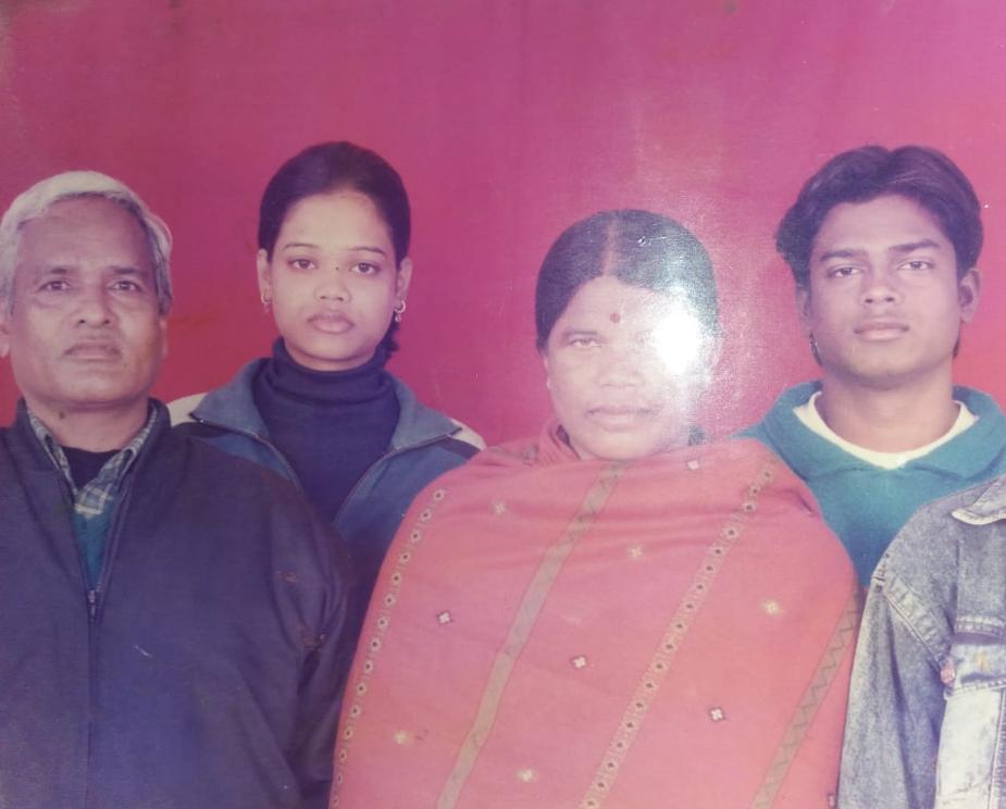 رینے نے اپنی فیملی تصویر بھی شیئر کی۔ اس میں ان کے والدین کے ساتھ وہ اور ایک دیگر شخص نظر آرہا ہے۔