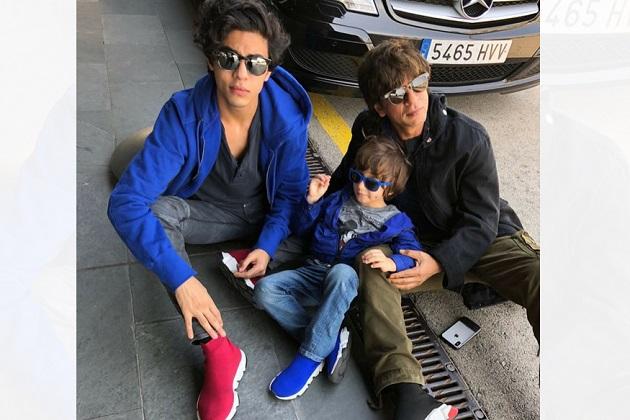 ابرام اور آرین کے ساتھ شاہ رخ خان کو دیکھئے تینوں ایک ہی طرح کے جوتے پہنے نطر آ رہے ہیں۔اسٹائل کے معاملے میں خان فیملی کافی آگے رہتی ہے۔