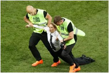 فیفا ورلڈ کپ  2018: فائنل کے دوران میدان پر گھسنے والی خواتین کو ملی یہ سزا