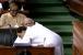 """عدم اعتماد کی تحریک لائیو :تقریبر ختم ہوتے ہی راہل گاندھی نے وزیر اعظم مودی کو دی """"جادو کی جھپی """"۔"""