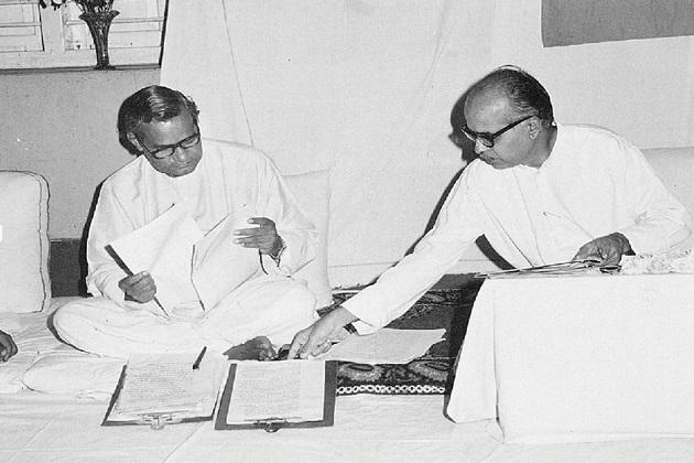 پچیس دسمبر 1924کو مدھیہ پردیش کے گوالیار میں پیدا ہوئے اٹل بہاری واجپئی نے1942میں ہندوستان چھوڑو تحریک کے ذریعہ ہندوستانی سیاست میں قدم رکھا ۔ سال1951 میں واجپئی نے آر ایس ایس کی مدد سے بھارتیہ جن سنگھ پارٹی بنائی جس میں شیاما پرساد جیسے رہنما شامل ہوئے۔