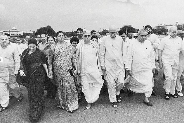 واجپئی سب سے پہلے1996 میں13 دن کے لئے وزیر اعظم بنے۔ اکثریت ثابت نہیں کرنے کی وجہ سے انہیں استعفی دینا پڑا۔ دوسری مرتبہ 1998 میں وزیر اعظم بنے ، اتحادی جماعتوں کی طرف سےحمایت واپس لینے کی وجہ سے13 ماہ تک وہ اس عہدے پر رہے۔