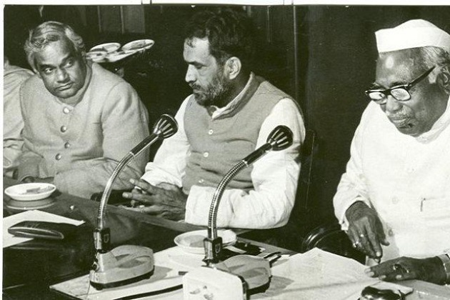 اٹل بہاری واجپئی سابق وزیر اعظم چندر شیکھر اور سابق مرکزی وزیر جگ جیون رام کے ہمراہ۔