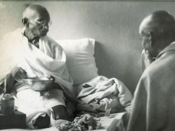 گاندھی جی سردار پٹیل سے بات چیت کرتے ہوئے ۔