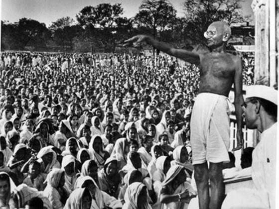 گاندھی جی ایک موقع پر تقریر کرتےہوئے ۔