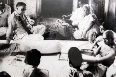 کولکاتہ کے سودی پور گاندھی آشرم میں اگست 1947 میں فسادات کی صورتحال پر لوگوں سے گفتگوکرتے ہوئے گاندھی جی ۔