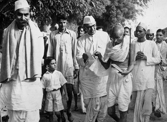 ہندوستان کے پہلے صدر راجیندر پرساد کے ساتھ گاندھی جی ۔