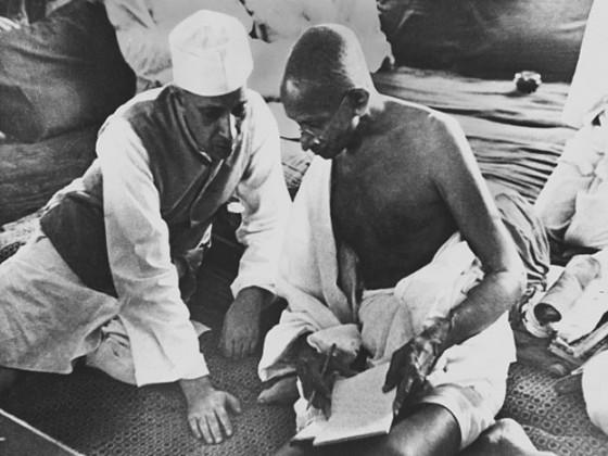 جواہر لال نہرو اور مہاتما گاندھی کسی بات پر تبادلہ خیال کرتے ہوئے ۔