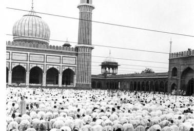 سال 1950 میں لوگ جامع مسجد میں نماز ادا کرتےہوئے ۔