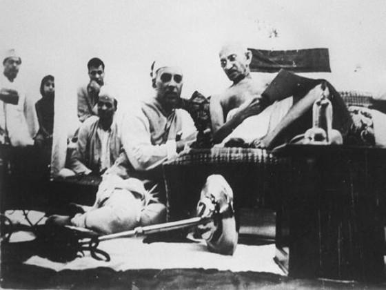 جواہر لال نہرو سے گفتگو کرتے ہوئے مہاتما گاندھی ۔