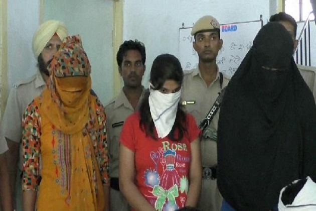 شہر تھانہ انتظامیہ ونود کاجلا نے بتایا کہ مکان میں پولیس کو 3 لڑکیاں اور 3 لڑکوں کو گرفتار کیا ہے جن کے کلاف اممورل ایکت کے تحت معاملہ درج کرے آگے کی کارروائی شروع کر دی ۔