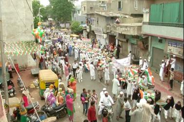 جمعیت علماء ہند احمد آباد کی جانب سے پرچم کشائی پروگرام کے بعد ریلی کا انعقاد ، مدارس کے بچوں نے کی شرکت