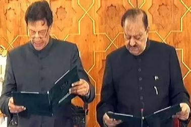 جب اردو میں حلف لینے کے دوران اٹک گئے وزیر اعظم عمران خان
