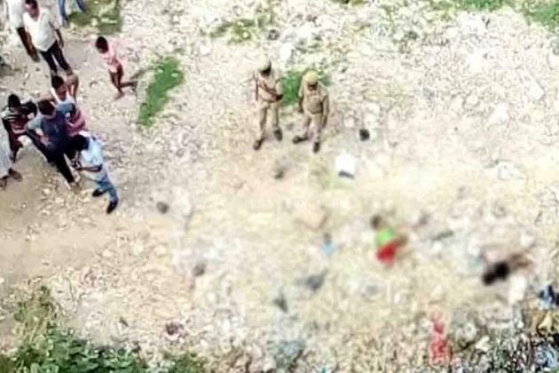 یو پی کے اٹاوہ ضلع میں منگل کے روز دل دہلانے والا ایک معاملہ سامنے آیا ہے۔ یہاں تین بچیوں سمیت ماں کا بے رحمی سے قتل کر دیا گیا۔ حادثہ کے بعد علاقہ میں دہشت کا ماحول ہے۔ جانیں کیا ہے پورا معاملہ۔