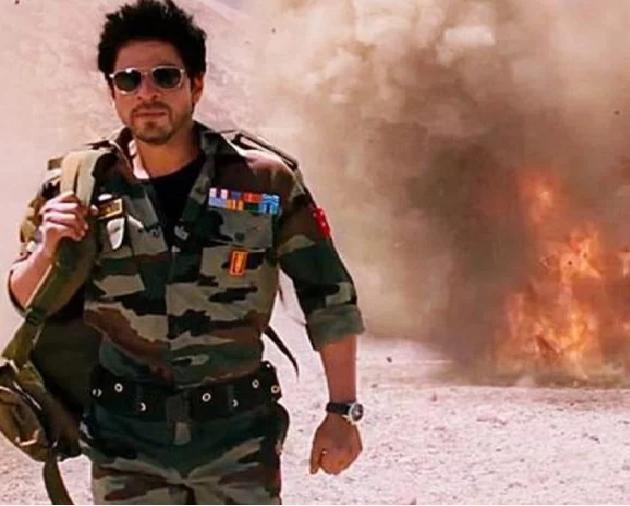 فلم ' جب تک ہے جان' میں بھی بڑی غلط دیکھنے کو ملی۔ دراصل، فلم میں شاہ رخ خان نے 25 سال کی عمر کے بعد فوج میں شامل ہوئے جب کہ آرمی لا میں ایسا بلکل بھی نہیں ہو سکتا۔