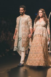 علاوہ ازیں نیہا دھوپیا اور ان کے شوہر انگد ایک فیشن شو کے دوران دونوں ریمپ واک کرتے ہوئے بھی نظر آئے ۔ اس دوران بھی نیہا کا بیبی بمپ پوری طرح نظر آرہا ہے۔