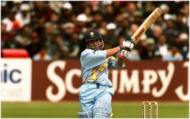 ٹیم انڈیا کے ماسٹر بلاسٹر سچن تیندولکر نے 1998 کے علاوہ 2001-02 میں بھی ایک ساتھ ٹیسٹ اور ونڈے میں نمبر ایک بلے باز بننے کا شرف حاصل کیا ۔