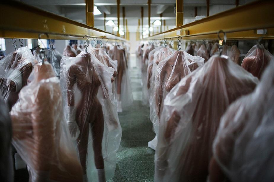 سیکس ڈال کو تیار کرکے ویئر ہاؤس میں رکھا جاتا ہے۔ غیر ملکی بازاروں میں ٹینڈ جلد والی ڈالس سب سے زیادہ مشہور ہیں۔