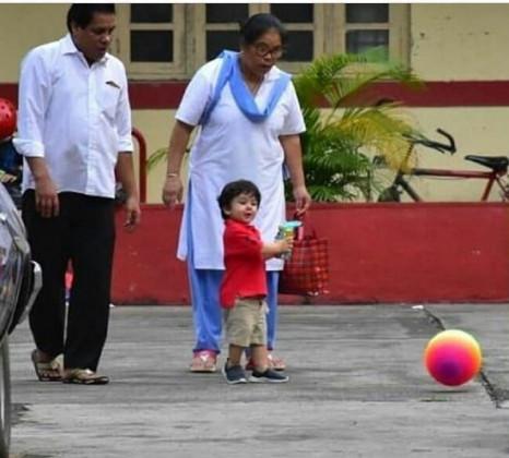 اس دوران تیمور بال سے بھی کھلی رہے ہیں اور ان کے ہاتھ میں ایک کھلونا بھی ہے۔