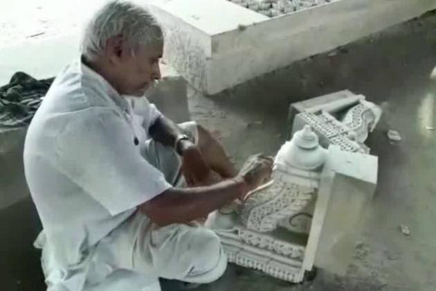 اجودھیا کے رام جنم بھومی ٹرسٹ ورکشاپ میں چھینی اور ہتھوڑے کی آواز ایک بار پھر تیز ہو گئی ہے۔ پہلے سے تراشے گئے پتھروں پر جمی کائی کو ہٹانے کا کام بھی شروع ہے۔ سنت -سادھو 2019 سے پہلے رام مندر تعمیر ہو جانے کی بات کہہ رہے ہیں۔ اسلئے وشو ہندو پریشد بھی تیاری میں تیزی کر رہا ہے۔