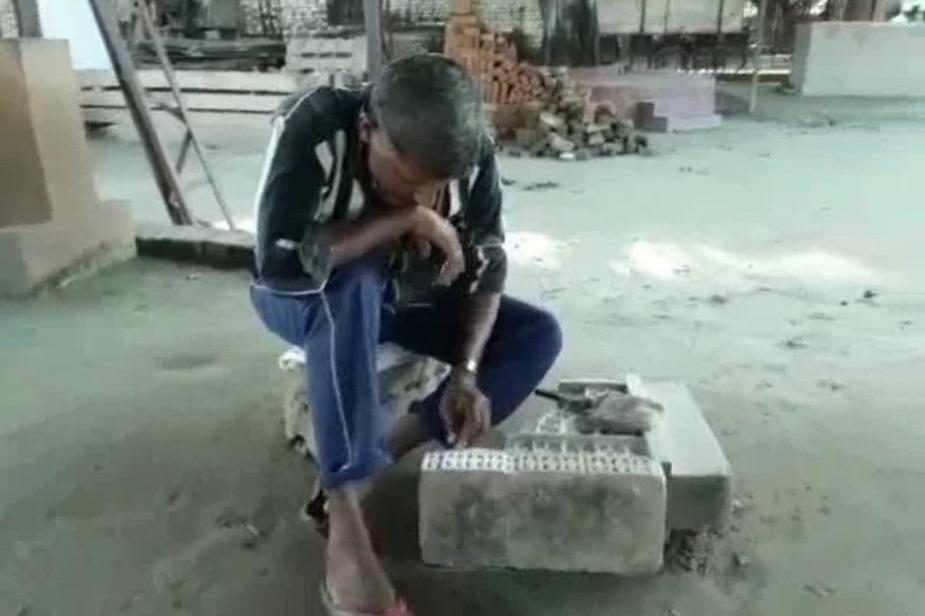 طویل عرصہ سے تراشے گئے پتھروں میں گزشتہ دنوں کائی جم گئی تھی، جسے اب دور کیا جا رہا ہے۔ وشو ہندو پریشد کے اودھ علاقہ کے ترجمان شرد شرما نے کہا کہ رام مندر کے لئے 1.75 لاکھ گھن پتھر کی ضرورت ہے۔ موجودہ وقت میں 1.10 لاکھ کو تراشنے کا کام پورا ہو چکا ہے۔