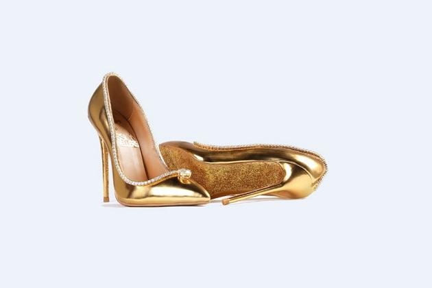 آج کل پیروں میں پہننے والی جوتیوں کا لوگ بڑا ہی خیال رکھتے ہیں۔ طرح طرح کے ڈیزائن والی خاص جوتیاں لوگوں کی پسند بن رہی ہیں، جسے پارٹی میں پہن کر شوآف کر سکیں۔ لیکن آج ہم آپ کو ایسی جوتی کے بارے میں بتا رہے ہیں، جسے آپ پہننا نہیں تجوری میں رکھنا پسند کریں گے۔