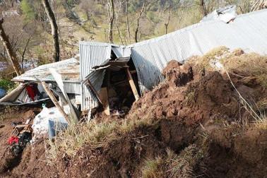 کشمیر: ڈوڈہ میں خام مکان کے مٹی کے تودے تلے دب جانے سے 3 کمسن بچوں سمیت 5 افراد ہلاک