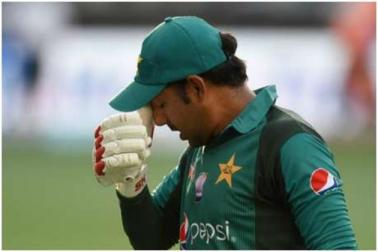 ! پاکستانی کپتان سرفراز احمد نے جنوبی افریقہ کے کرکٹر کو کہا 'کالا' ماں پر بھی کیا کمینٹ