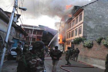 سری نگر کے فتح کدل میں مسلح تصادم۔ 2 جنگجو، ایک پولیس اہلکار اور1عام شہری ہلاک